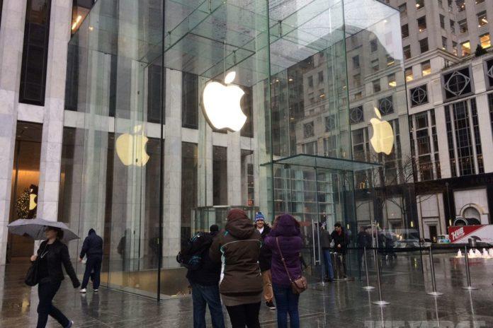 Pericolo cimici dei letti all'Apple Store sulla Quinta strada a New York