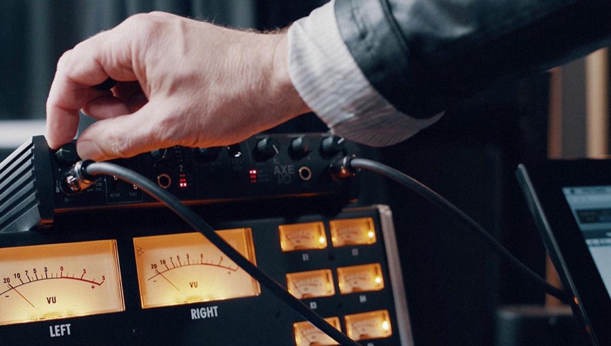 Joe Satriani usa l'interfaccia audio AXE I/O dell'italiana IK Multimedia