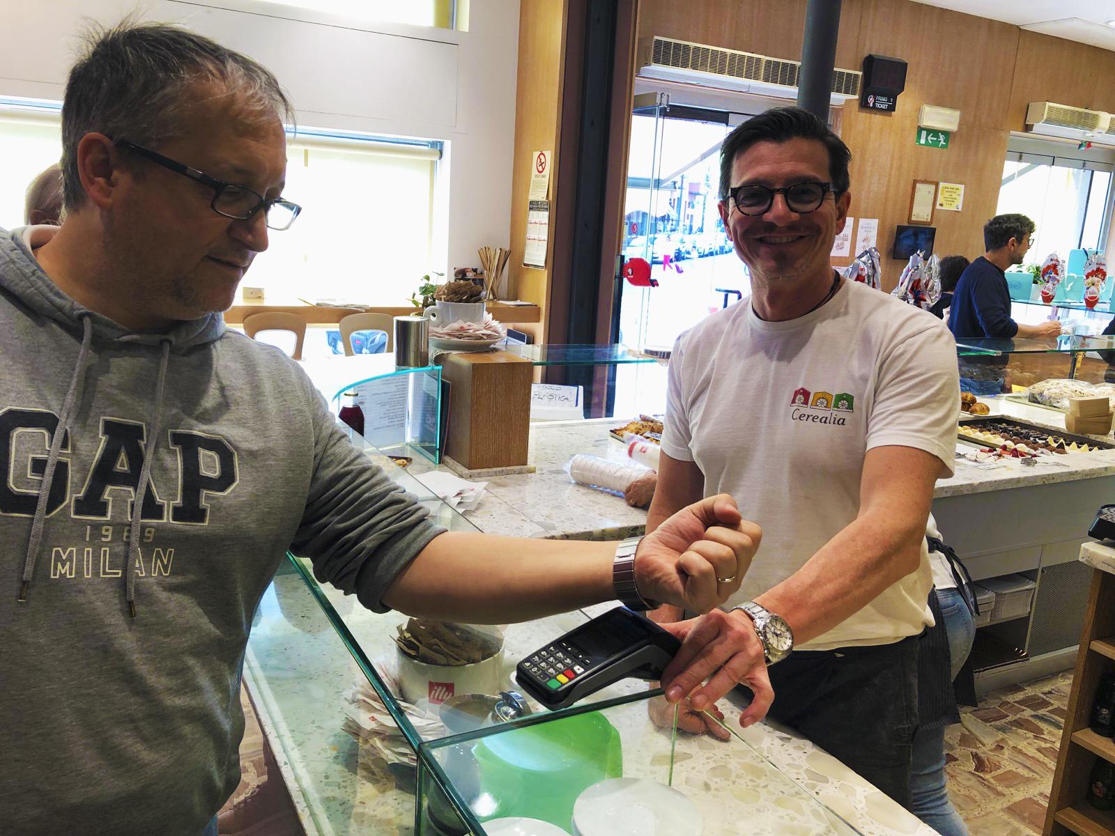 Come funziona il contactless con Fitbit Pay