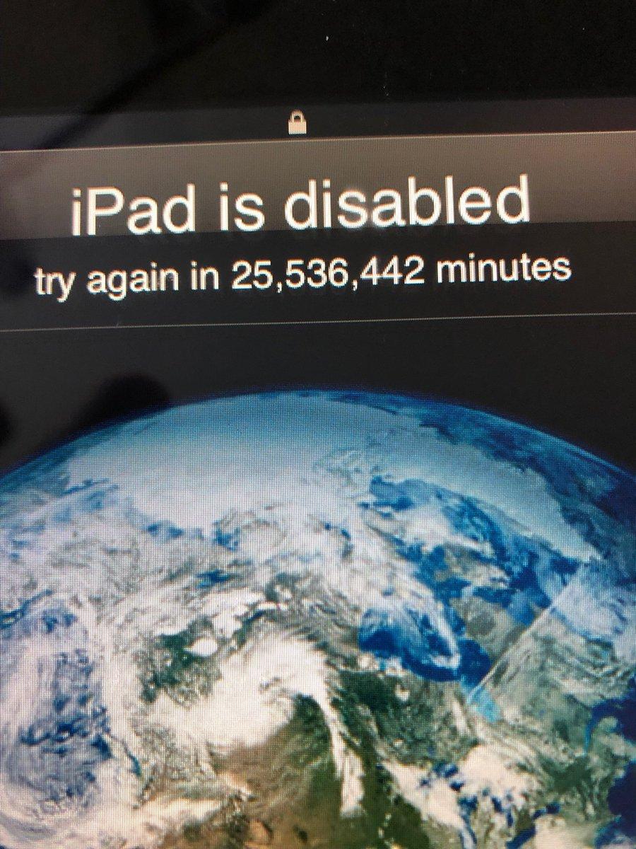 Bimbo gioca con le password, blocca l'iPad di papà per 48 anni