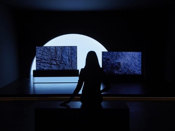 Il tv LG OLED arrotolabile è in mostra alla Milano Design Week 2019