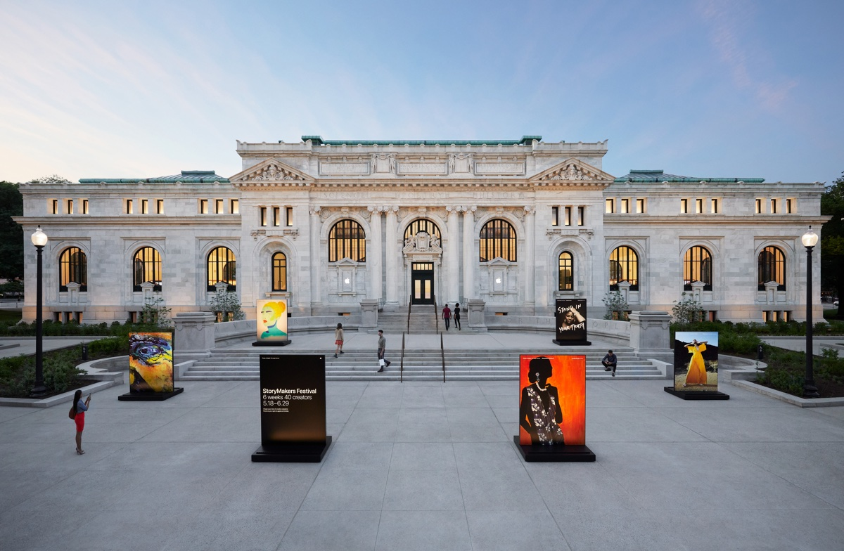 Apple Carnegie Library dà nuova vita al palazzo in stile Beaux-Arts in Mount Vernon Square.