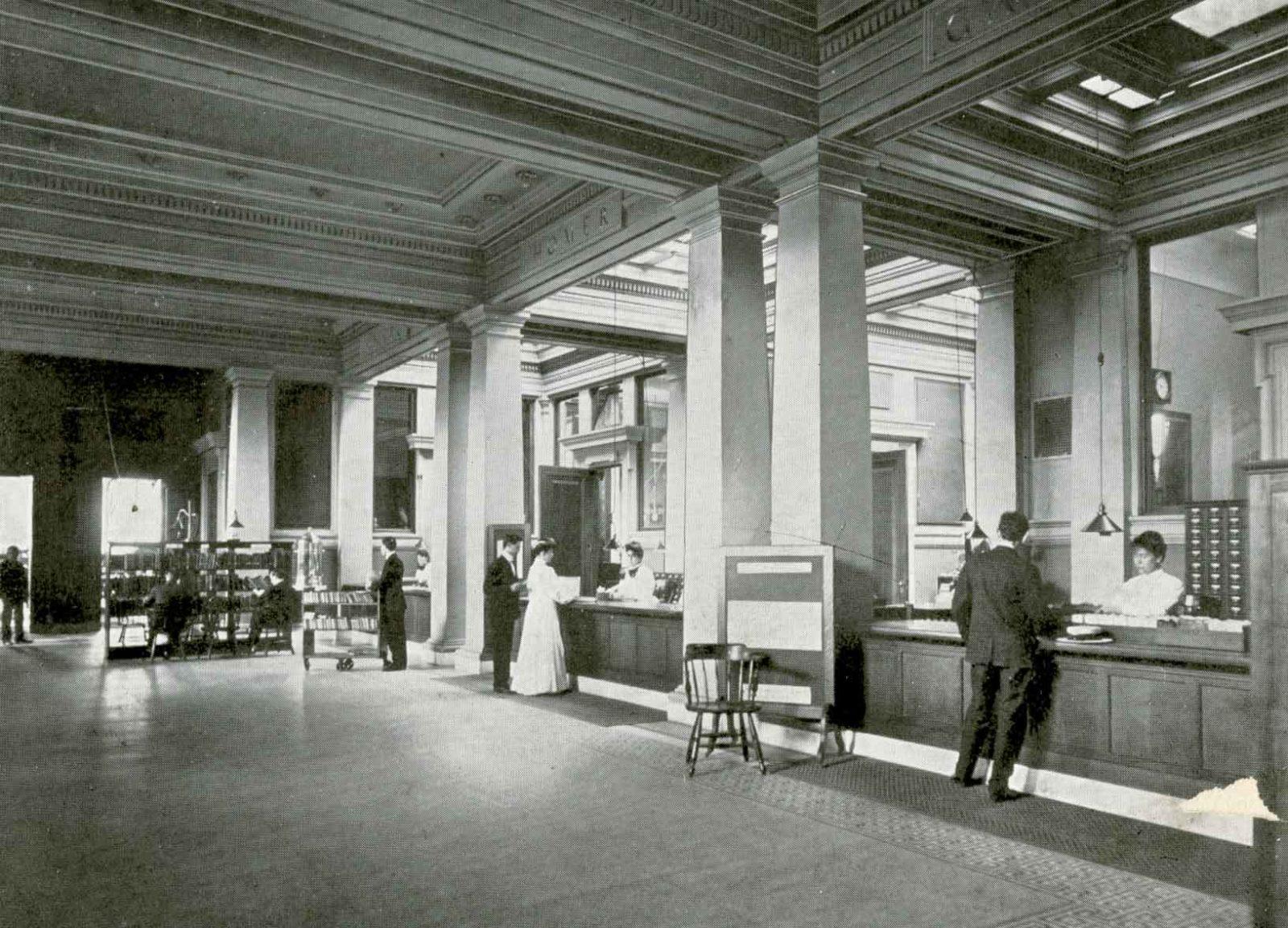 Il banco prestito originale della biblioteca, aperta nel 1903.
