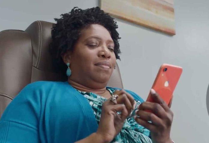 Donna che riceve messaggi