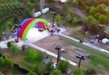 La struttura arcobaleno al centro dell'Apple Park per una festa in onore di Steve Jobs