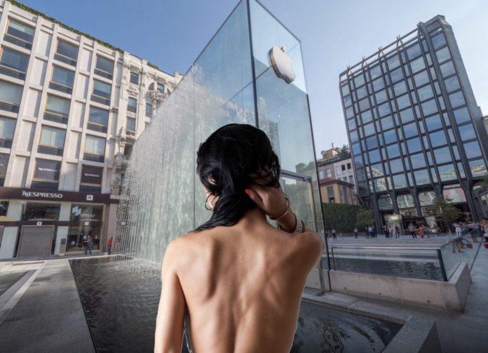 Turista nuda fa il bagno in Apple Store Piazza Liberty