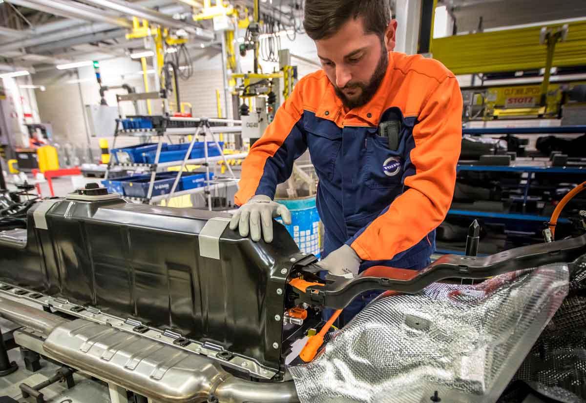 Il battery pack ibrido della XC40 montato nello stabilimento Volvo di Ghent