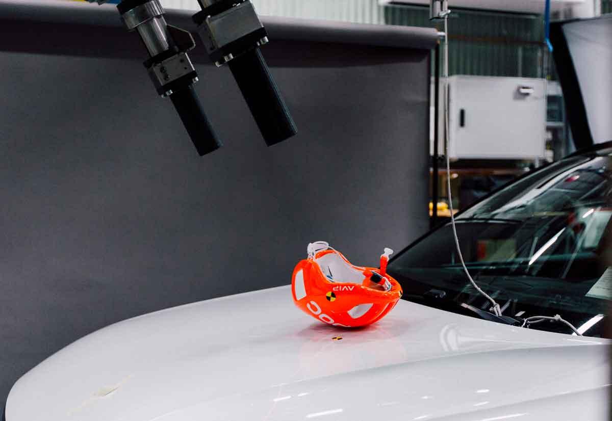 Messo a punto un crash test per i caschi da bici in collisione con un'auto
