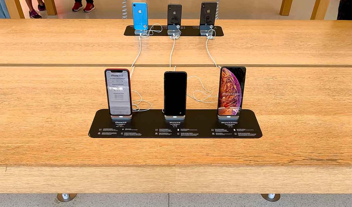 Apple espone con nuove modalità i dispositivi nei suoi Store