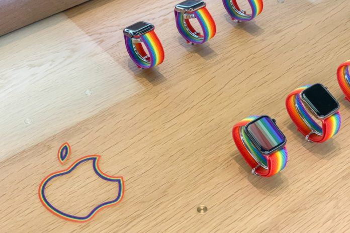 Apple Watch Smart Loop Pride Edition: i tavoli negli Apple Store sono marchiati arcobaleno