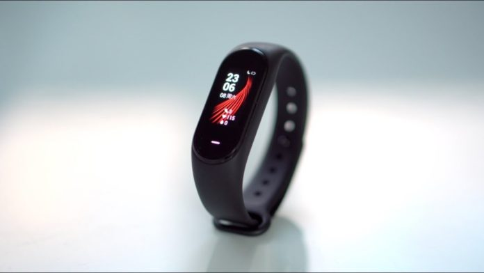 Xiaomi Hey Plus, ecco la Mi Band 3 a colori e con chip NFC