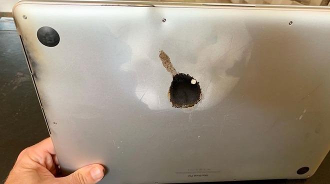 Il buco provocato dall'esplosione della batteria - Foto: Steve Gagne/Facebook