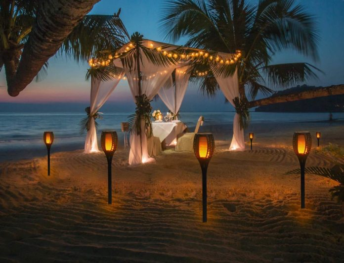 Quattro lanterne LED da giardino effetto fiamma in sconto a 59,99 euro