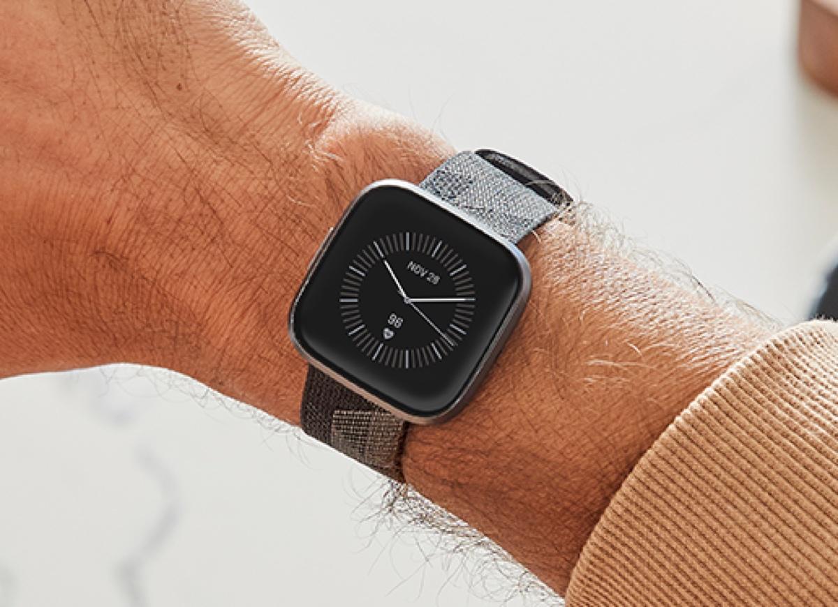 Fitbit Versa 2 prova a sfidare Apple Watch con Alexa e Spotify