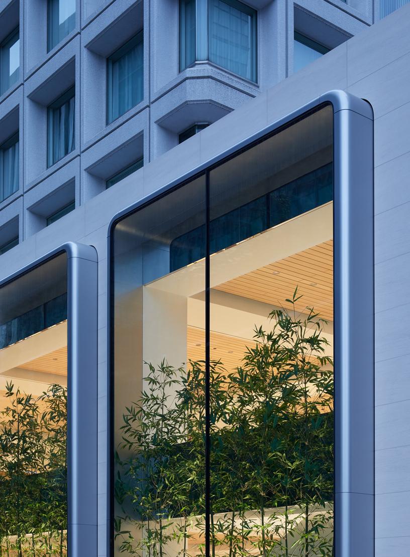 Il quinto negozio Apple a Tokyo presenta una facciata unica, con vetrine a due piani.