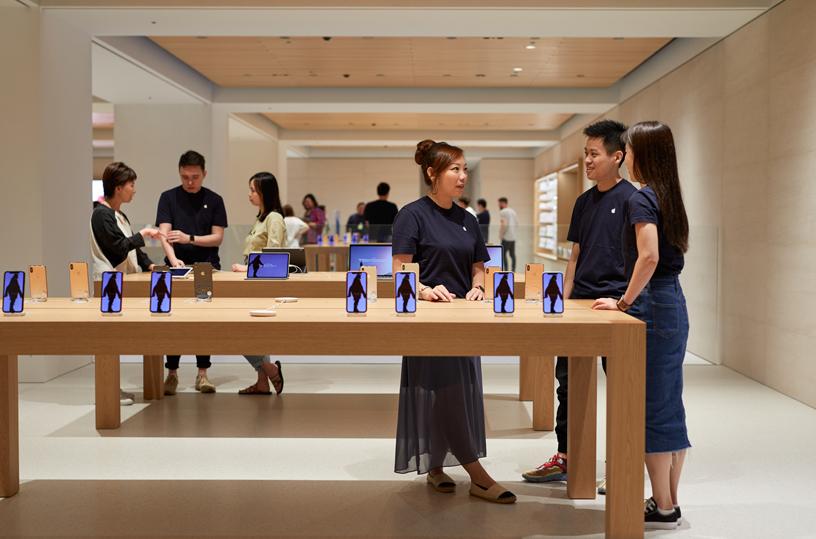 Nel negozio Apple Marunouchi, i clienti possono provare tutti i prodotti Apple.