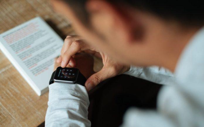Con gli smartwatch si copia agli esami? Nel Regno Unito si vietano tutti gli orologi
