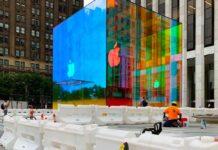 Le vetrate dell'Apple Store sulla 5th Avenue si tingono di colore