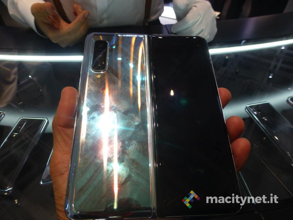 samsung galaxy fold premiere service foto Samsung rilancia il Galaxy Fold con nuovi materiali e design rivisto