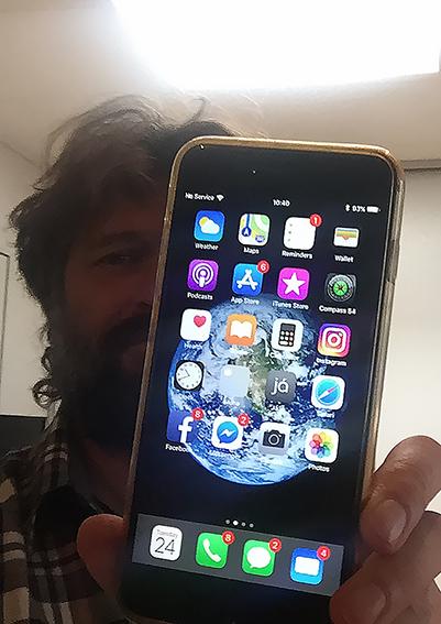 Precipita da un aereo e sopravvive un anno nel deserto: è un iPhone