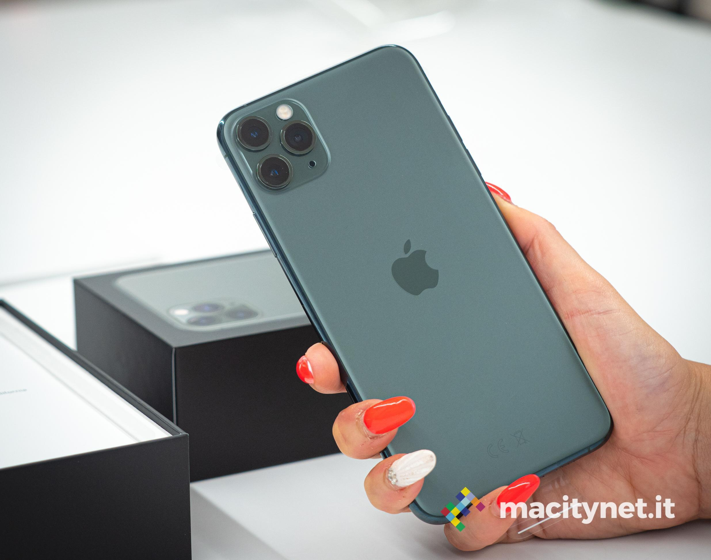 Unboxing e maxi confronto di iPhone 11 [Red], iPhone 11 Pro e Max italiani