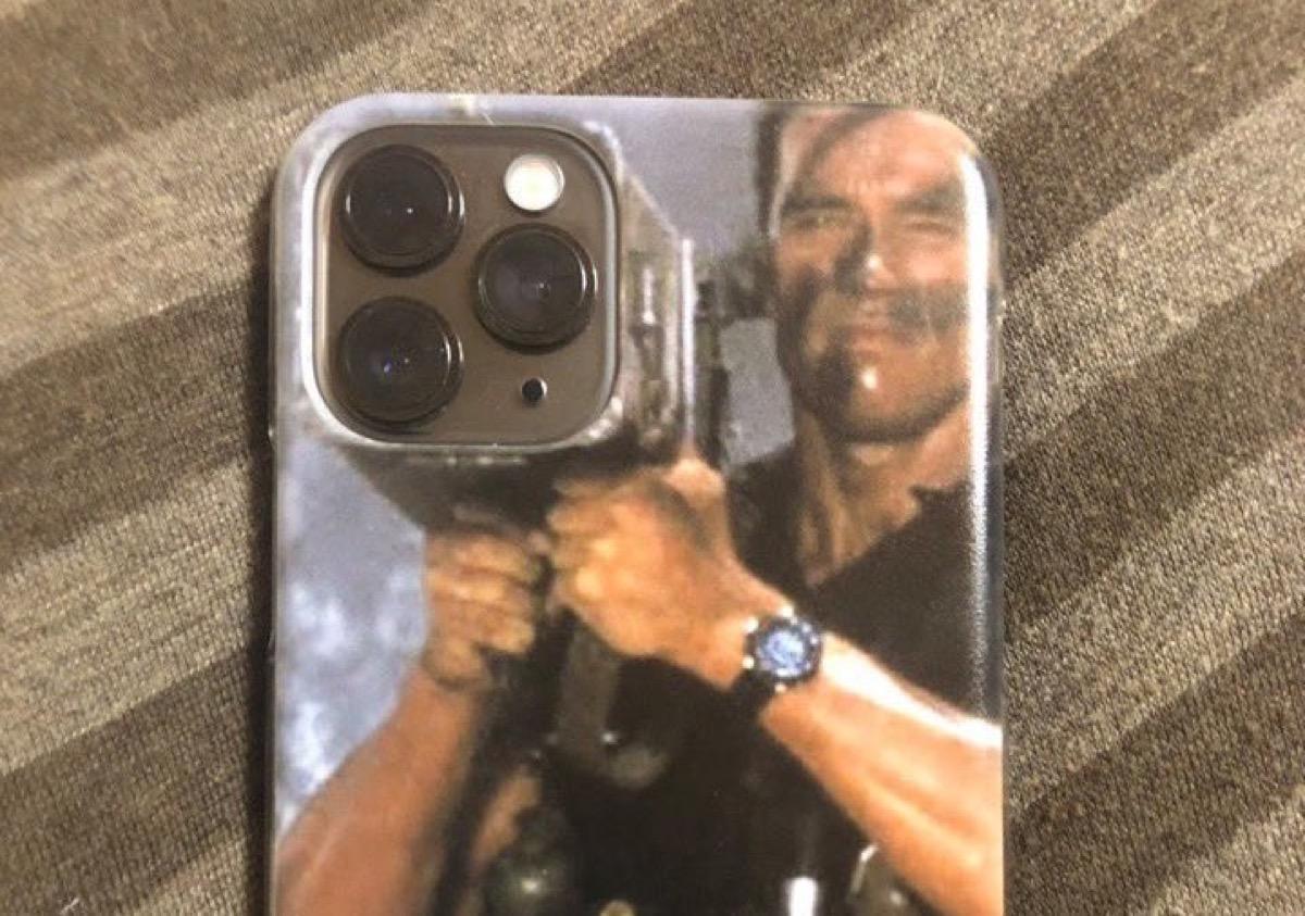 La cover che trasforma le fotocamere di iPhone 11 Pro nel lanciamissili di Schwarzenegger
