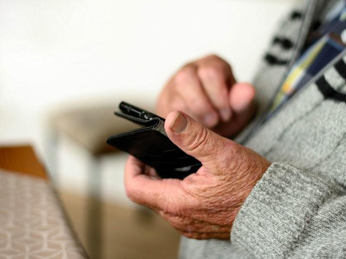 Nonni sempre più digital: 6 su 10 hanno uno smartphone