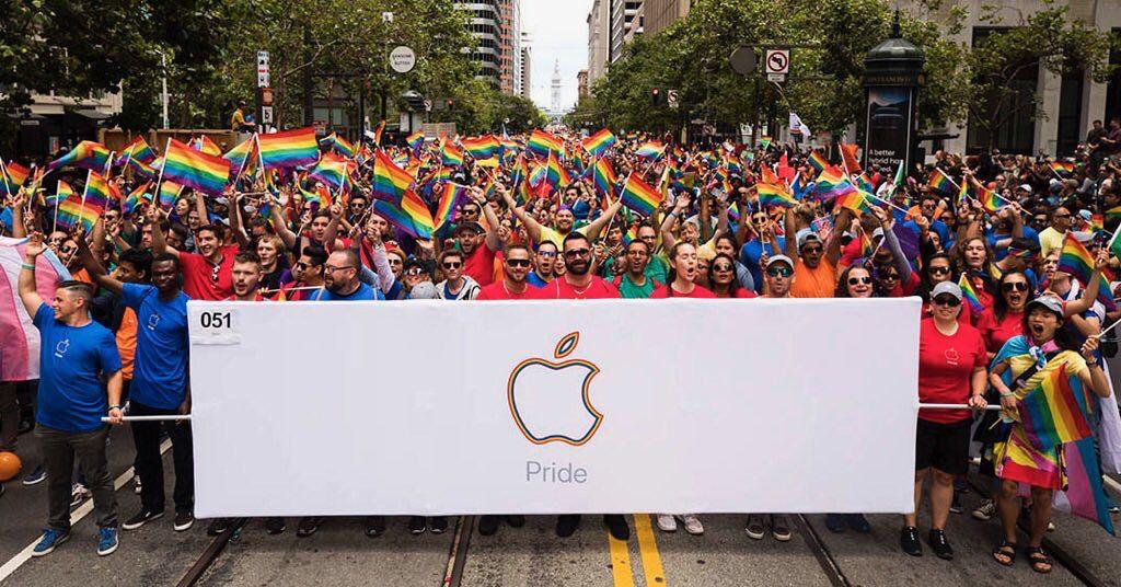 """In Russia un uomo ha denunciato Apple perché """"Un'app dell'App Store mi ha fatto diventare gay""""."""