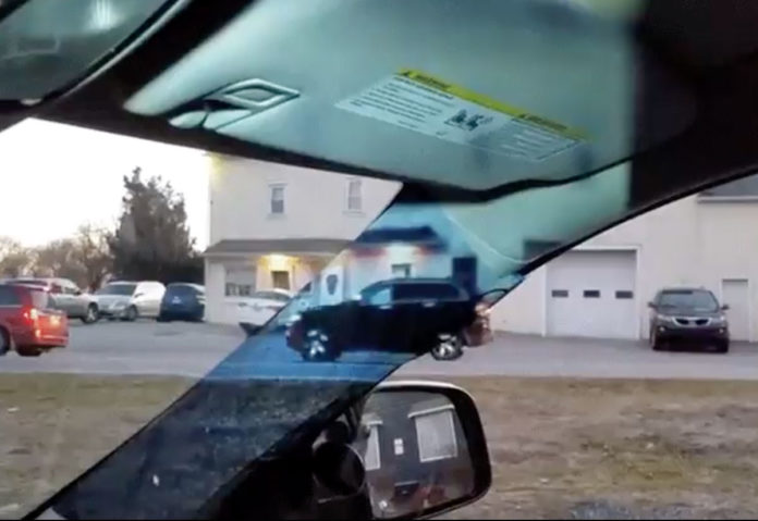 Studentessa inventa il montante trasparente per il tettuccio dell'auto eliminando gli angoli ciechi