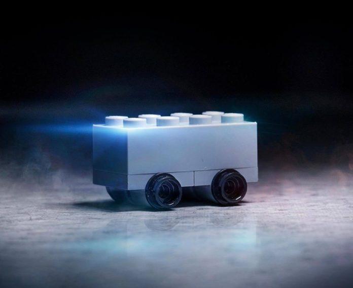 LEGO prende in giro Tesla Cybertruck
