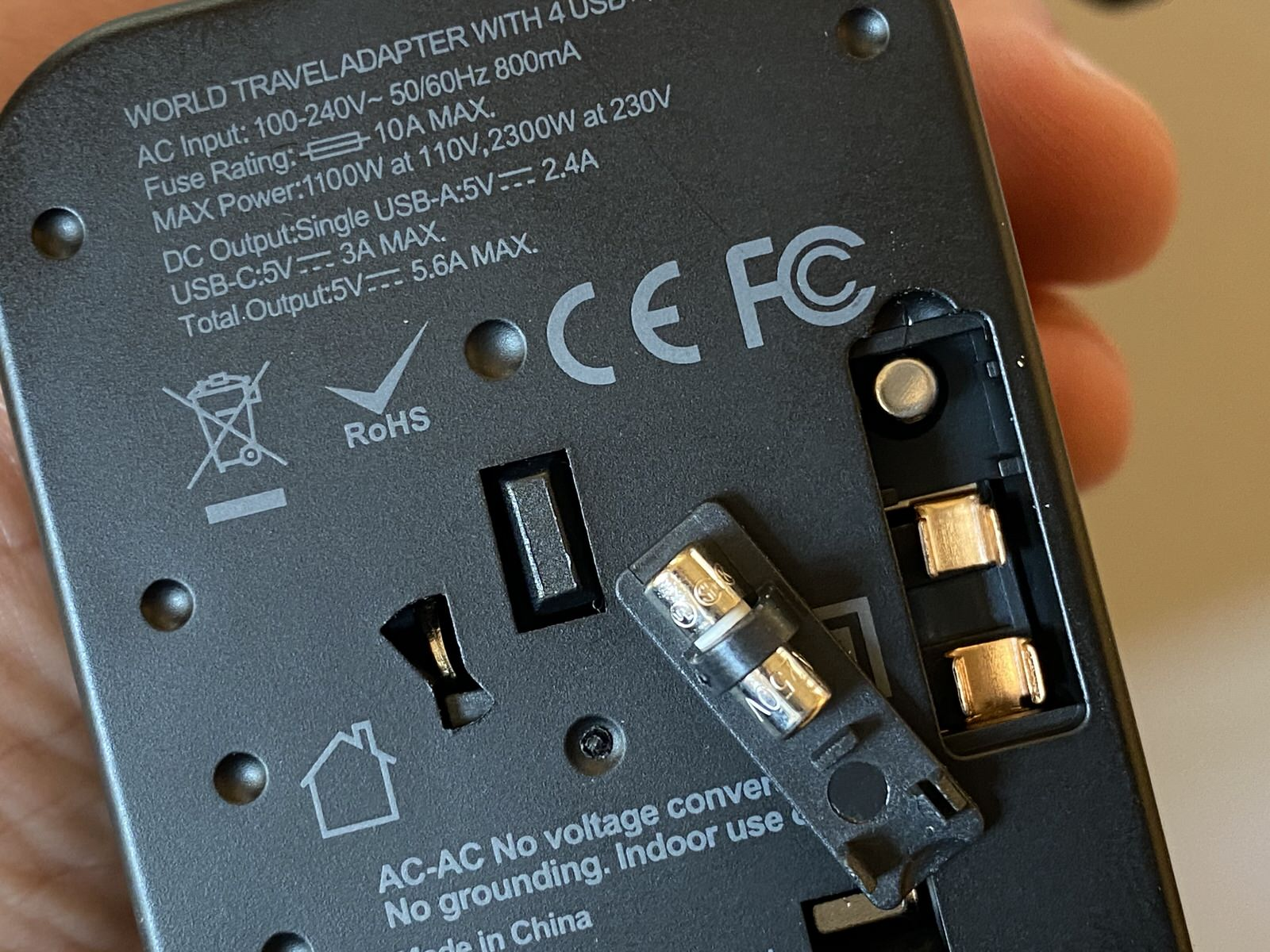 Recensione Maxcio Travel Adapter, adattatore spine internazionali e caricabatterie USB