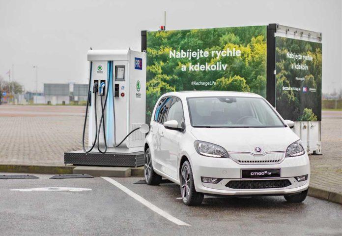 Skoda sperimenta un'innovativa tecnologia di ricarica per auto elettriche
