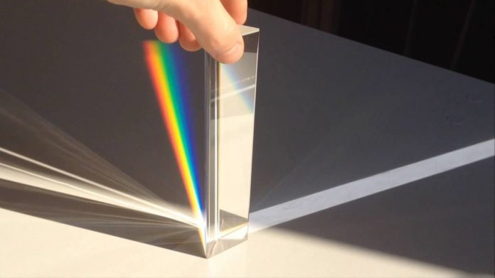 Prisma triangolare per la scomposizione della luce: il gadget geek è in offerta