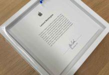 Una targa-ricordo firmata da Tim Cook per cinque anni di lavoro in Apple