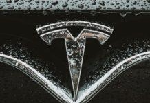 Le auto Tesla parleranno ai pedoni