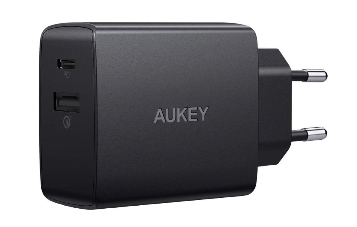 Caricatore Aukey da 18W con USB-C e USB-A scontato del 45%: costa solo 10,99 euro