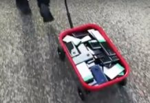 Artista crea ingorghi di traffico su Google Maps con un carretto pieno di telefoni