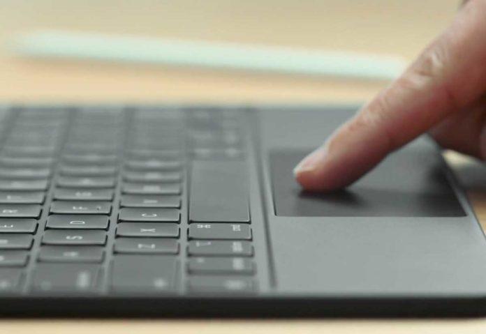Craig Federighi mostra le gesture possibili grazie alla Magic Keyboard con trackpad su iPad Pro