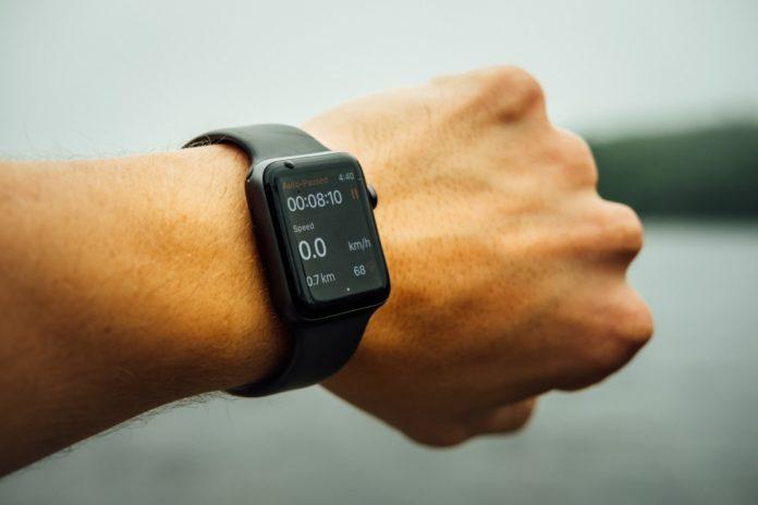 Football americano con Apple Watch al polso per tenersi in forma sotto coronavirus