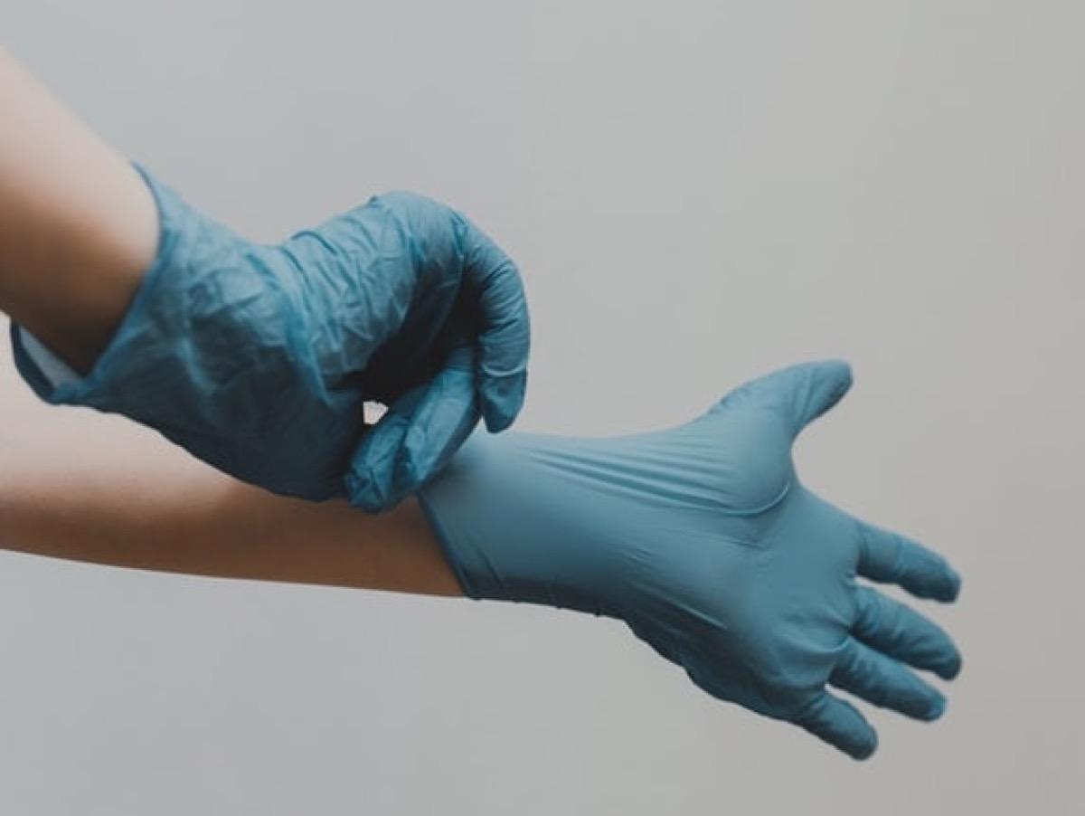 Guida all'uso dei guanti monouso al tempo del coronavirus: il video