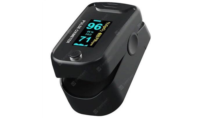 Saturimetro per monitorare la salute dalla punta del dito a metà prezzo: solo 19 euro