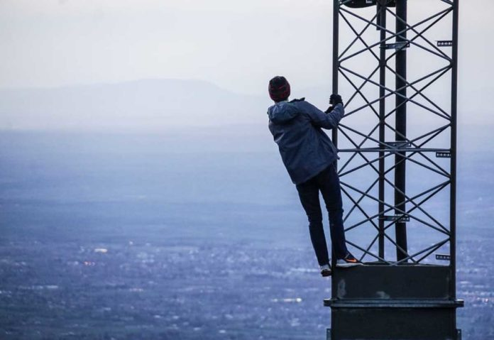 Nel Regno Unito folle attacco ai ripetitori di telefonia per infondate paure sul 5G