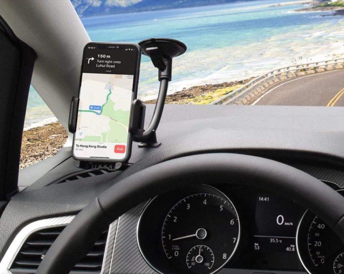 Supporto smartphone per auto con braccio snodato e ventosa a soli 6,99 euro