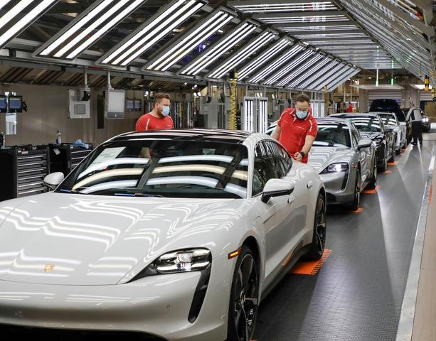 Porsche riavvia la produzione delle sue auto sportive