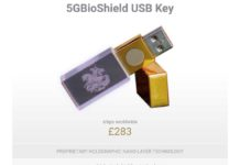 """In vendita a 350$ una chiavetta USB con sopra un adesivo """"per proteggersi dal 5G""""."""