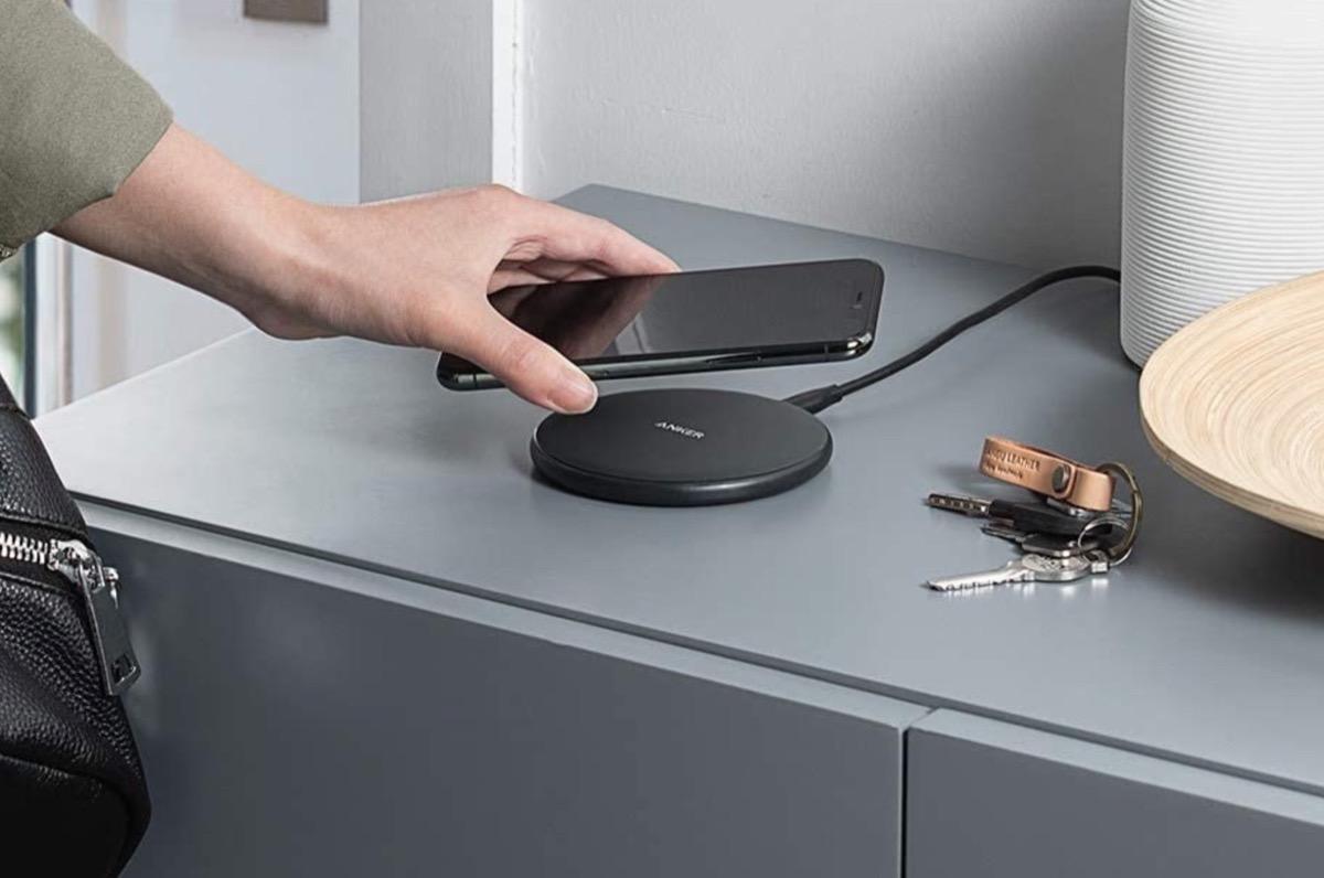 Caricabatterie wireless da tavolo di Anker in sconto a partire da soli 13,99 euro