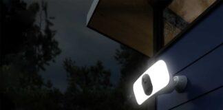 Su Amazon Arlo Pro 3 Floodlight Camera, la sicurezza domestica con visibilità elevata e dettagli a colori anche di notte