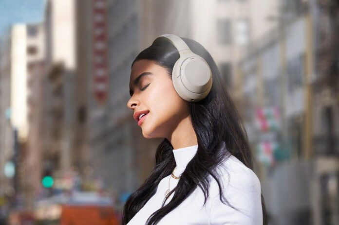 Le cuffie Sony WH-1000XM4 migliorano tutto, anche MP3 e musica in streaming