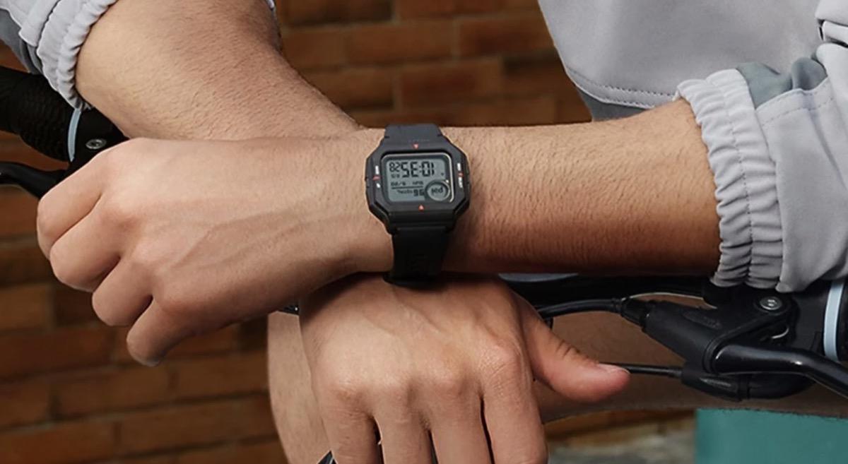 """Amazfit Neo, lo smartwatch """"stile Casio"""" è scontato del 60%"""