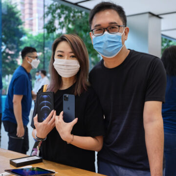 Apple celebra l'arrivo di iPhone 12 e iPad Air con le foto dal mondo